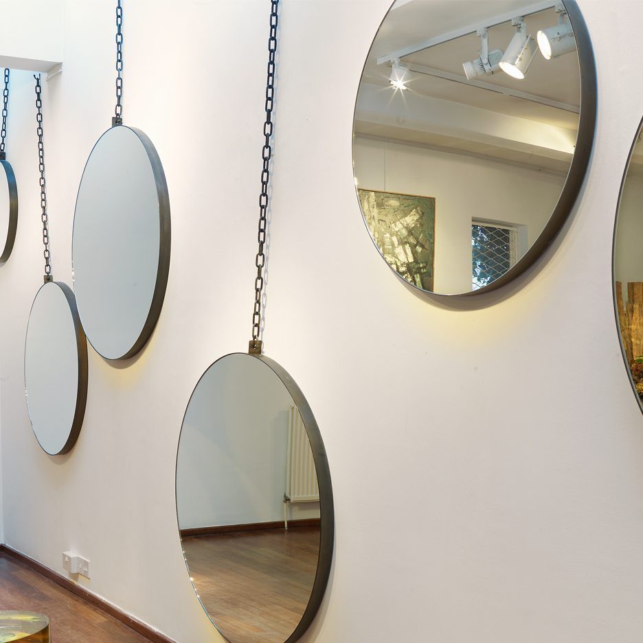 Pendulum mirror on a heavy chain to simulate swinging. frame comes in black or gold and in 5 sizes